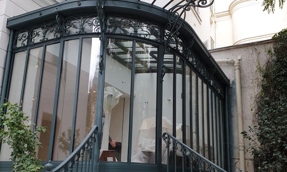 VILLA à Neuilly Sur Seine (92) : Verrière, châssis-coulissant, bloc-portes avec impostes cintrés.
